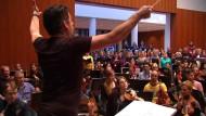 Musiker bereiten Willkommenskonzert für Flüchtlinge vor
