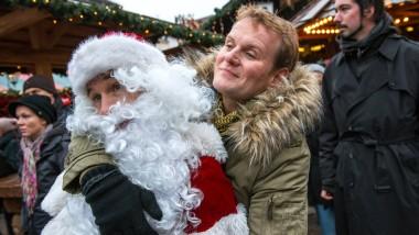 Erst den Weihnachtsmann festnehmen, dann zum Abendmahl mit den Kollegen: Kommissar Stellbrink (Devid Striesow) bleibt nichts erspart.