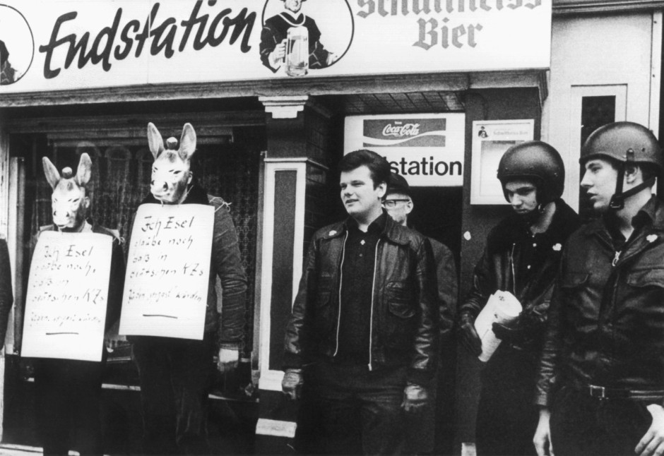 """Holocaust-Leugner, darunter Michael Kühnen, 1978 bei einer Aktion der """"Aktionsfront Nationaler Sozialisten"""" in Hamburg."""