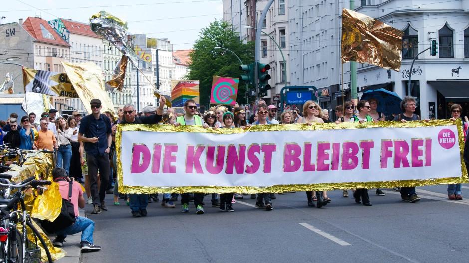 """Gegen rechten Populismus in der Kultur: Anhänger der """"Erklärung der Vielen"""" demonstrieren in Berlin."""
