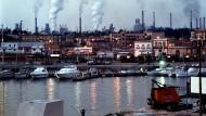 Hässliche Seite des Mezzogiorno: Die Stahlfabrik ILVA in Tarent verpestet nicht nur die Luft, das gesellschaftliche Klima leidet unter der ewigen Korruption.