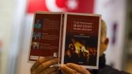 Der Putschversuch als Gründungsmythos: Angesehene türkische Autoren wurden binnen weniger Jahre vom Aushängeschild zum Staatsfeind degradiert.