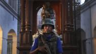 Kriegszustand im Haus Gottes: Ein Soldat bewacht die verwüstete Kirche St. Anthony's Shrine in der Hauptstadt Colombo.