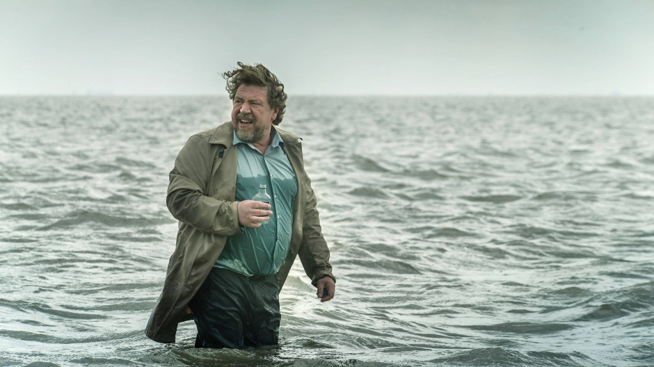 """Armin Rohde geht ins Wasser, aber unter Beobachtung: Szene aus """"Der gute Bulle"""""""