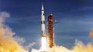 Start der Apollo 15 Mission am 26.7.1971. An der FU Berlin widmet man sich der Frage, wie kriegerisch die Raumfahrt während des kalten Krieges war.