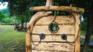 Hölzerner Pranger mit Eisenketten auf einem Spielplatz im fränkischen Wallenfels