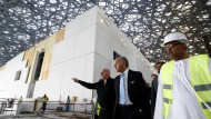 Louvre, Außenstelle: Der französische Außenminister Laurent Fabius (Mitte und Architekt Jean Nouvel (links) besichtigen den Museumsbau auf der  Insel Saadiyat, Abu Dhabi.