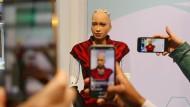 Wenn Künstliche Intelligenz ein Gesicht bekommt, schauen alle hin: Sophia tingelt als Star der Tech-Branche um die Welt. Hier posiert sie in Barcelona.
