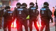 Angst vor weiterer Eskalation: Polizisten bei einer Kundgebung am Montag in Chemnitz