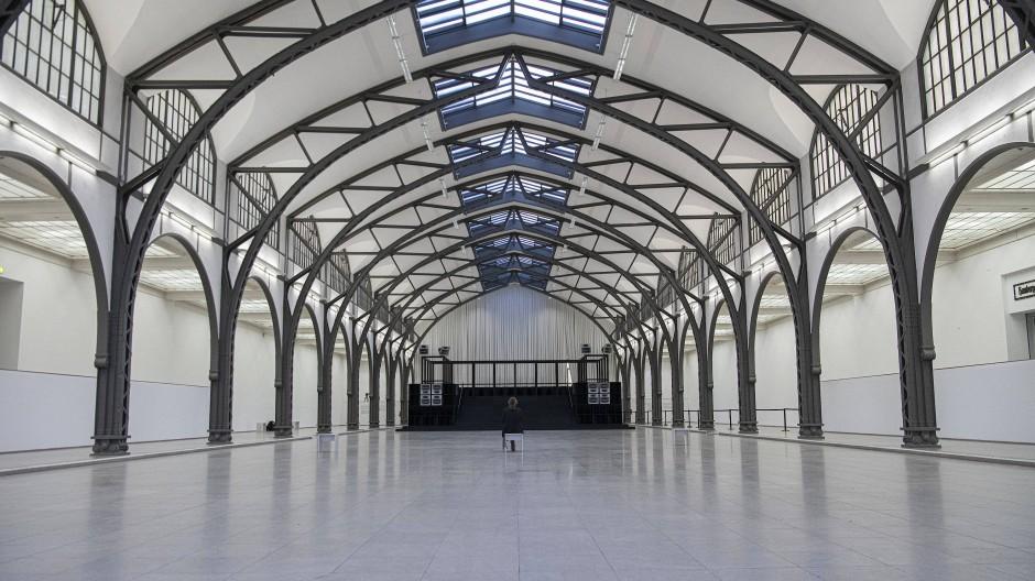 Im Oktober 2019 war im Hamburger Bahnhof ein Werk des in Istanbul lebenden Künstlers und Musikers Cevdet Erek zu sehen.