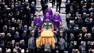 Soldaten tragen den Sarg mit Helmut Kohl aus dem Speyerer Dom. Dazu erklingt Händels Trauermarsch.