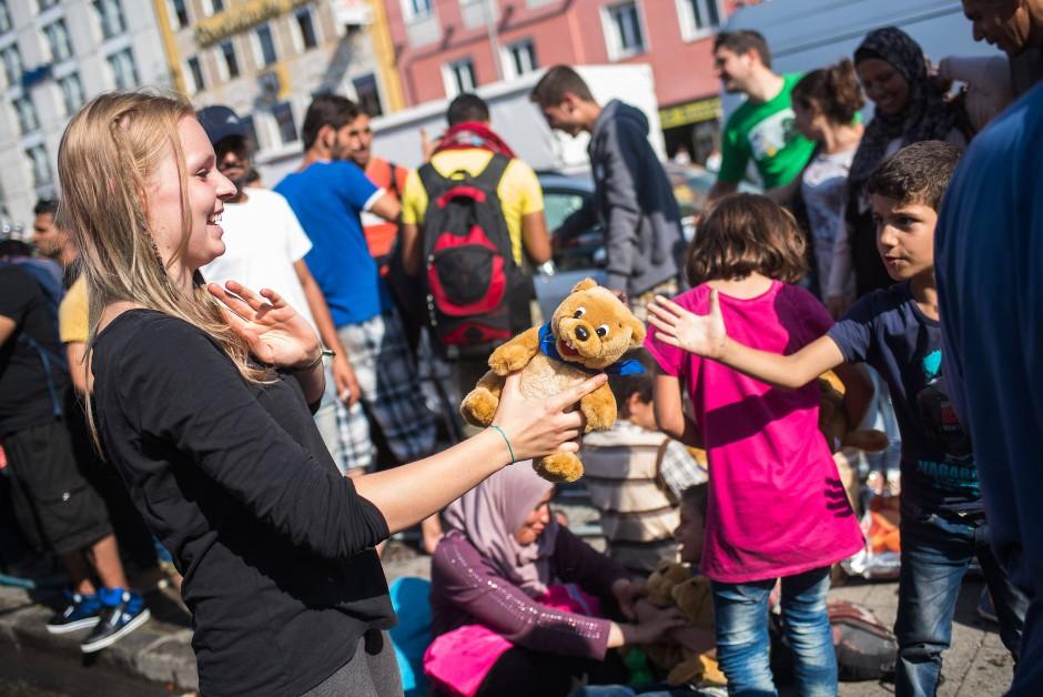 """""""Eine der größten Leistungen des Christentums ist Solidarität"""": Flüchtlinge werden im September 2015 in München willkommen geheißen."""