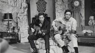 Fielen sie in einen brennenden Ring aus Feuer? Hier sieht es eher aus, also ob sie sich amüsieren: Bob Dylan und Johnny Cash 1969 in Nashville