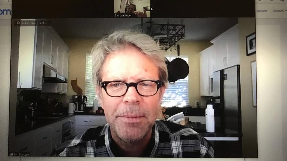 Der amerikanische Schriftsteller Jonathan Franzen zuhause vor seinem Laptop.