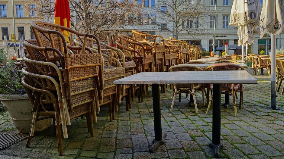 Sonst wird hier in der Frühlingssonne viel Geld verdient und ausgegeben: Vor einem Café am Hackeschen Markt in Berlin stapeln sich die Stühle.