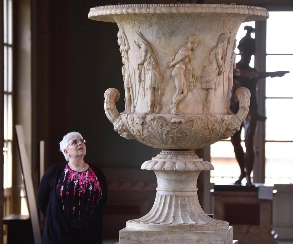 Eine Besucherin betrachtet die restaurierte Medici-Vase
