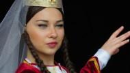 Frauen sind Meisterinnen des Neuanfangs: Ein Mitglied der weltbekannten georgischen Tanztruppe Laprebi