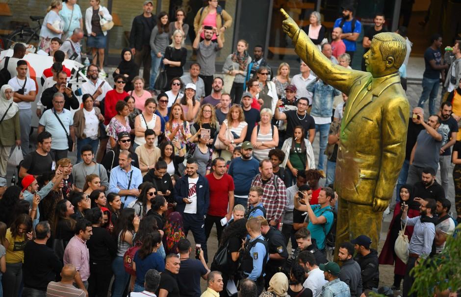 Bilderstrecke zu: Mauerbau und Erdogan-Statue: Über den Zustand der ...