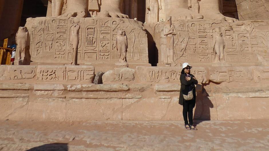 Die Zeit der Überfüllung ist vorerst vorbei: Eine einsame Touristin am Felsentempel Abu Simbel