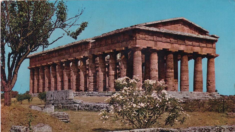 """""""Diese griechischen Tempel sind überwältigend""""m erfährt im Mai 1965 ein """"Liebes Trauderl"""" auf der Rückseite einer Ansichtskarte aus Paestum. Stimmt bis heute!"""