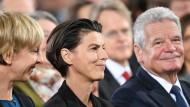 Carolin Emcke zwischen ihrer Lebensgefährtin Silvia Fehrmann und Bundespräsident Joachim Gauck bei der Verleihung des Friedenspreises am 23. Oktober in der Frankfurter Paulskirche