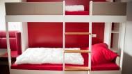 Dieses Möbelstück kennt jeder von Klassenfahrten; das auf den Bezug wartende Bettzeug hat so manchem die Laune verdorben. In neuem Design bekommt das Etagenbett eine zweite Chance.