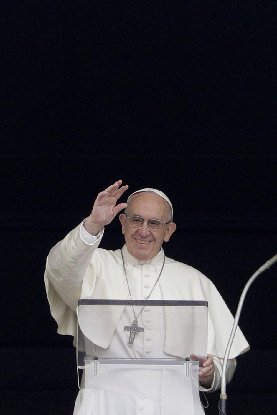 Kritikunfähig? Papst Franziskus segnet am Sonntag am Petersplatz die Menschen während des Angelusgebets.