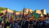 Fahnen schwenken, brüllen, filmen: Auf der Plaza de Colòn wissen die Vox-Anhänger am Freitagabend, was die rechtspopulistische Partei von ihnen erwartet.