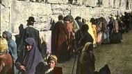 An der Klagemauer: Diese Aufnahme betender Juden in Jerusalem wurde vor 1930 für eine Diaserie zur Geschichte der Kreuzzüge handkoloriert.