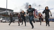"Jetzt aber schnell: Anthony Mackie (l.) als ""Falcon"", Paul Rudd als ""Ant-Man"", Jeremy Renner als ""Hawkeye"", Chris Evans als ""Captain America"", Elizabeth Olson als ""Scarlet Witch"" und Sebastian Stan als ""Winter Soldier"" in einer Szene aus ""The First Avenger: Civil War"""