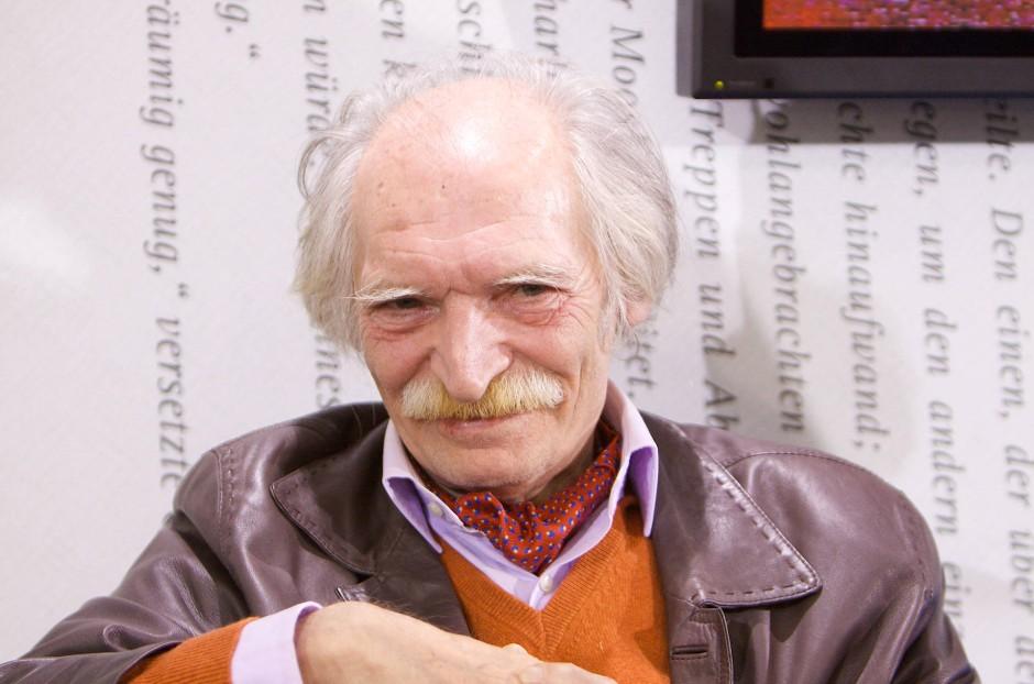 Ein sardonisches Lächeln des iranischen Schriftstellers Mahmud Doulatabadi. Aufgenommen auf der Frankfurter Buchmesse 2009.