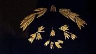 """Teile des Schatzes, wie sie im Sommer 2014 in der Ausstellung """"Die Krim: Gold und Geheimnisse des Schwarzen Meeres"""" im Amsterdamer Allard Pierson Museum zu sehen waren"""