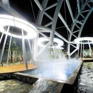 """Hier ist man noch nackt, die Schwitzkur kommt später: warme Wasserbecken im Außenbereich des """"Spa Land Shinsegae""""."""