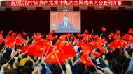 Transmissionsriemen im Ausland: Staatschef Xi lässt sich beim Parteitag 2017 von Studenten bejubeln.