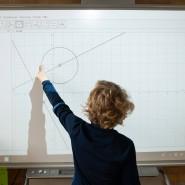 Noch selten im Einsatz: Schüler am Smartboard