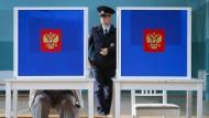Aber bitte mit Augenmaß: Am Sonntag in einem Wahllokal in St. Petersburg