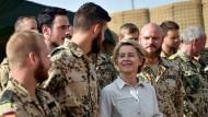 Bundesverteidigungsministerin Ursula von der Leyen beim Besuch von Camp Castor in Gao im afrikanischen Mali
