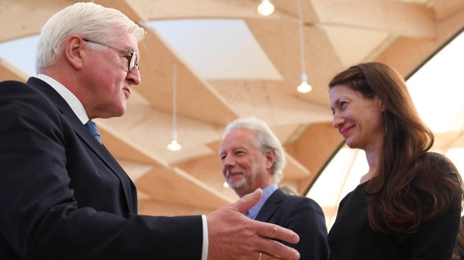 Bundespräsident Steinmeier (l.) mit Ivana Sajko und Stefan Hertmans im Frankfurt Pavilion