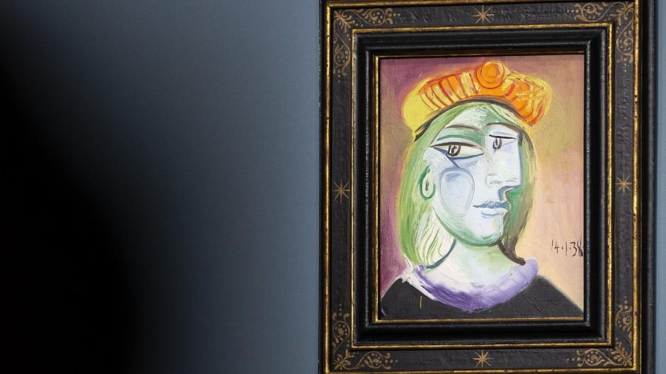 """Im Auktionssaal: Pablo Picasso, """"Femme au béret rouge-orange"""", 1938, Öl auf Leinwand, 46 mal 38 Zentimeter, verkauft für 40,47 Millionen Dollar brutto (Taxe 20/30 Millionen)."""