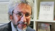 """Richter, die seine Freilassung angeordnet hatten, sind nach dem 15. Juli entlassen worden: Can Dündar ist als Chefredakteur der türkischen """"Cumhuriyet"""" zurückgetreten."""