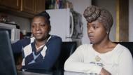 """Elf Jahre nach der Tat: Mutter und Schwester eines Mordopfers in der Bronx - eine Szene aus dem Dokumentarfilm """"Beyond Punishment"""""""