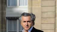 Nicht ohne das offene Hemd: Bernard-Henri Levy auf dem Weg in den Elysee zum Empfang der Vertreter des Libyschen Übergangsrats durch Präsident Nicolas Sarkozy am 10. März 2011.