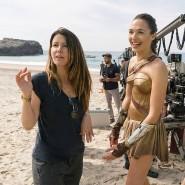"""2017 drehte Patty Jenkins (l.) mit Gal Gadot """"Wonder Woman"""", jetzt soll sie als erste Regisseurin für Disney einen """"Star Wars""""-Film ins Kino bringen."""