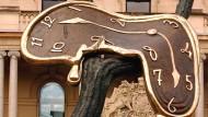 """Die Skulptur """"Profit of Time"""" von Salvador Dalí vor dem Customs House in Sydney"""