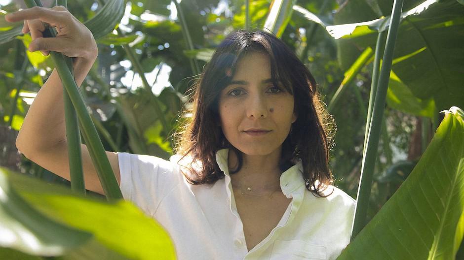 Die Schriftstellerin Ottessa Moshfegh in ihrem Garten in Los Angeles.