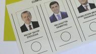 """""""Der Mann im Gefängnis, ich weiß nicht, wie er darauf kommt, kandidiert für das Präsidentenamt"""": Auch bei der Wahl im Sommer 2014 ist Selahattin Demirtas (M.) gegen Recep Tayyip Erdogan angetreten."""