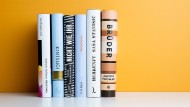 Rücken neben Rücken: Die Buchpreis-Kandidaten 2019