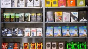 Lesen Sie schon oder suchen Sie noch aus? Der Stand des Berliner Suhrkamp Verlags auf der letzten Frankfurter Buchmesse.