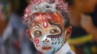 Wer hat Angst vor dem bunten Jungen? Mit solchen Körperbemalungen sollen beim balinesischen Ngerebeg-Ritual die bösen Geister vertrieben werden.