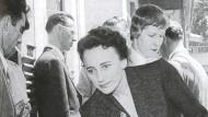 """Dominique Aury alias Pauline Réage alias Anne Desclos auf einem Cocktail-Empfang der """"Guilde du Livre"""", wohl 1956."""